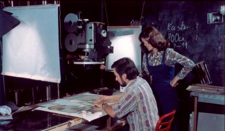 """Studio """"Ženské domovy"""", výtvarnice Marcela Halousková s animátorem Pavlem Rakem. Na trikovém stole je upevněna 35mm kamera ERK-35"""
