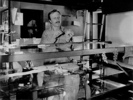 """Studio """"U krále železnic"""", animátor Oldřich Bělský u etážového trikového stolu při realizaci reliéfní pohádky """"Jak pan Vodička přišel o svoji trubku"""". Výtvarné návrhy a režie Jaromíra Burdová."""